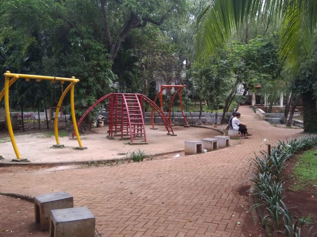 Wahana bermain anak-anak di salah satu sudut taman