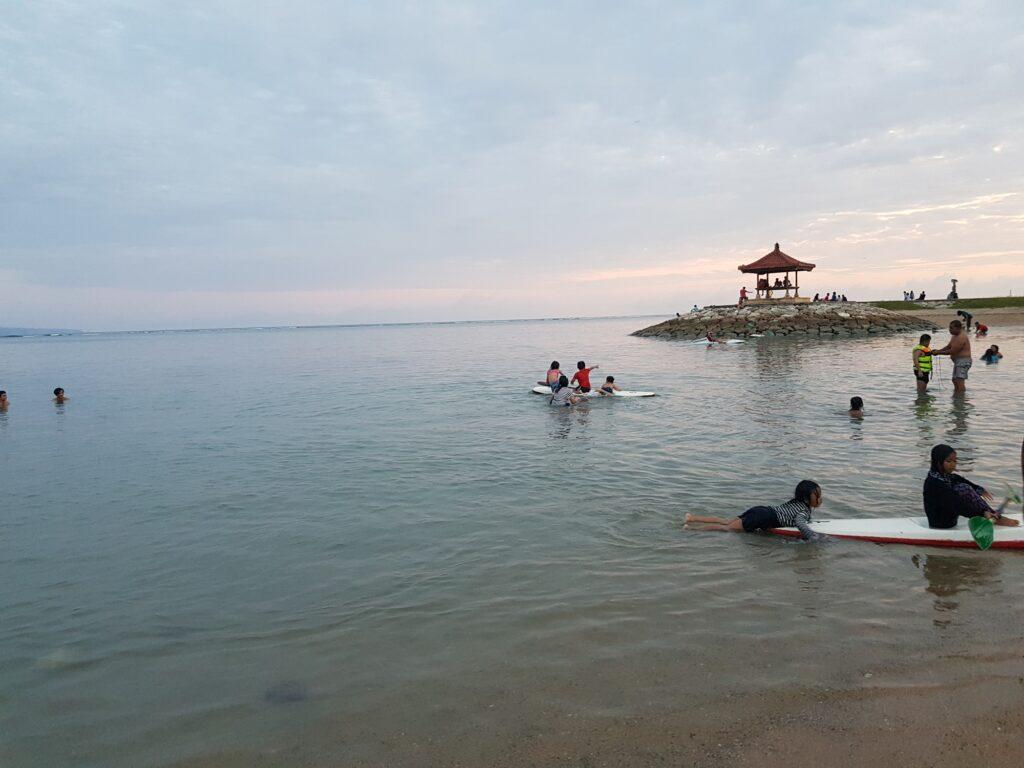 Beberapa Wisatawan tampak Asyik Bermain Kano