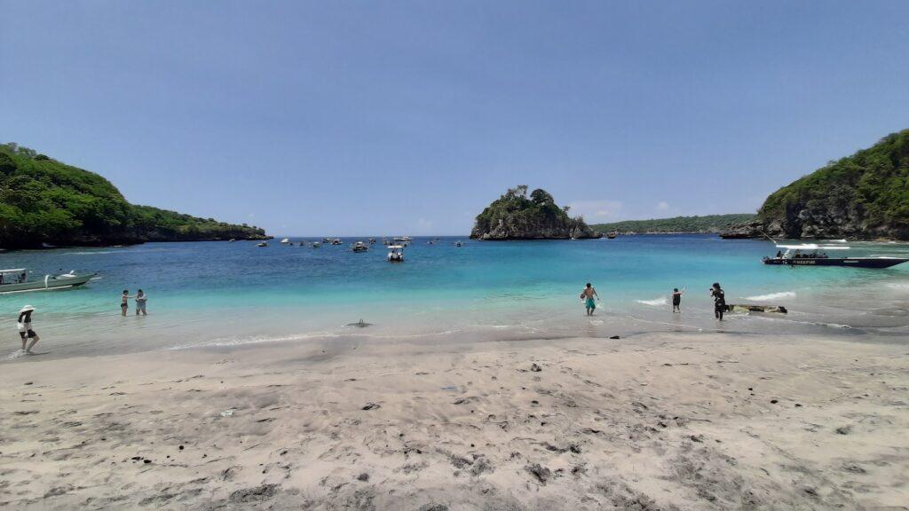 Area pantai berpasir putih jernih di Crystal Bay