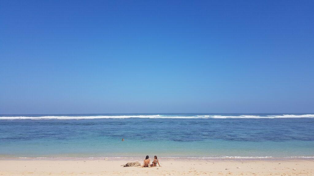 Berjemur Menikmati Mentari Cerah Pantai