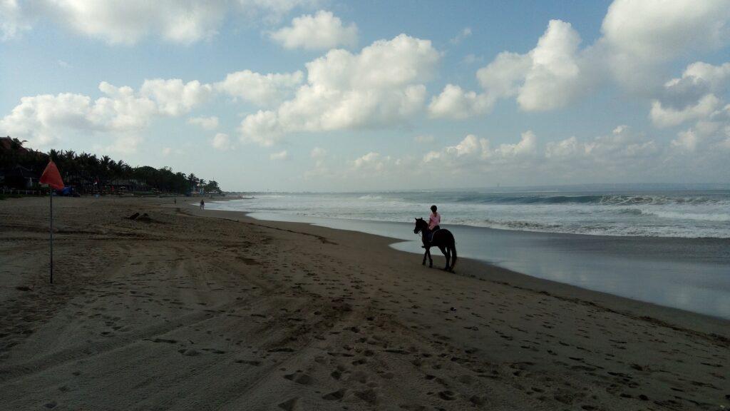 Berkuda Menyusuri Pesisir Pantai