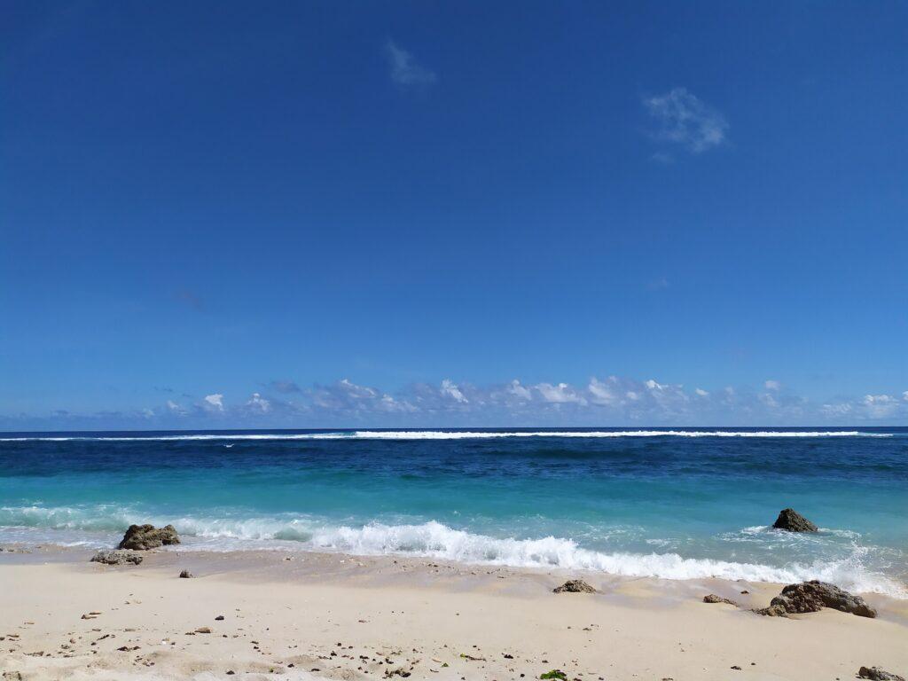 Birunya Lautan yang Berpadu dengan Putihnya Pasir
