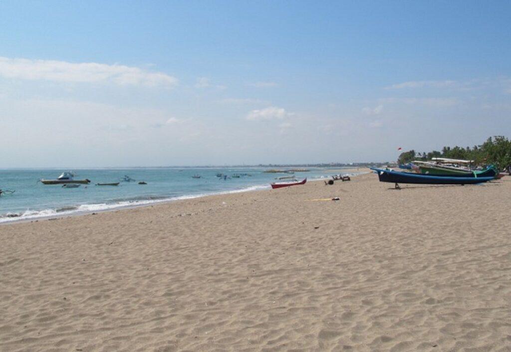 Garis Pantai yang Panjang Memungkinkan untuk Bermain