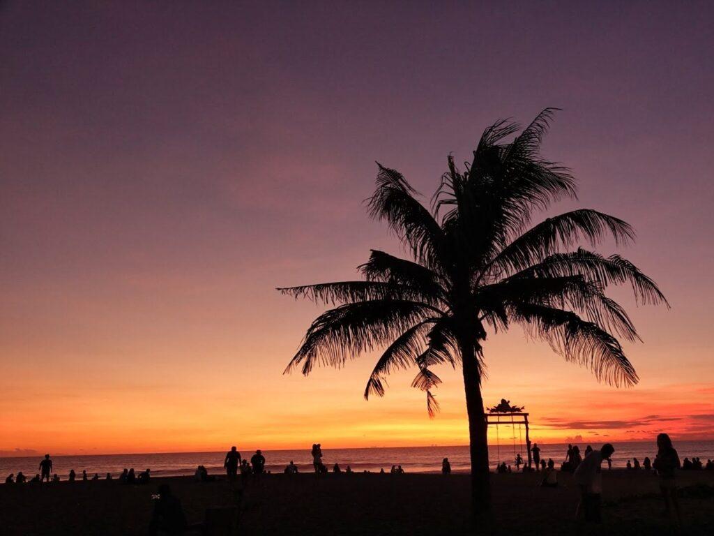 Matahari Terbenam yang Menghiasi Langit dengan Warna Jingga