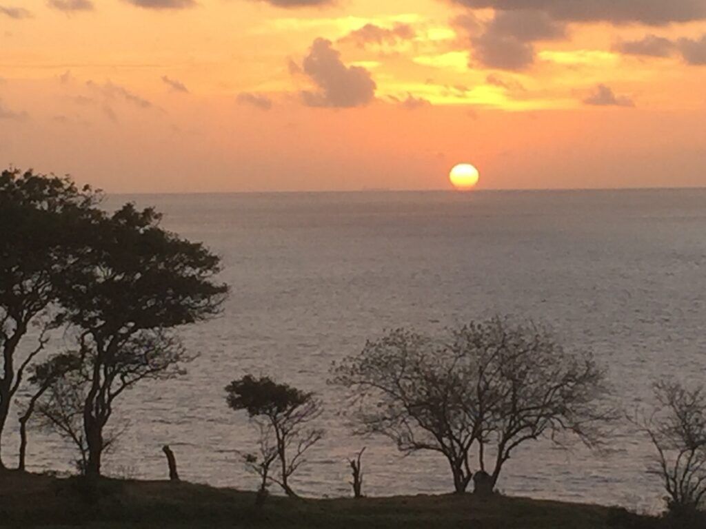 Megahnya Matahari Terbenam dari atas Bukit