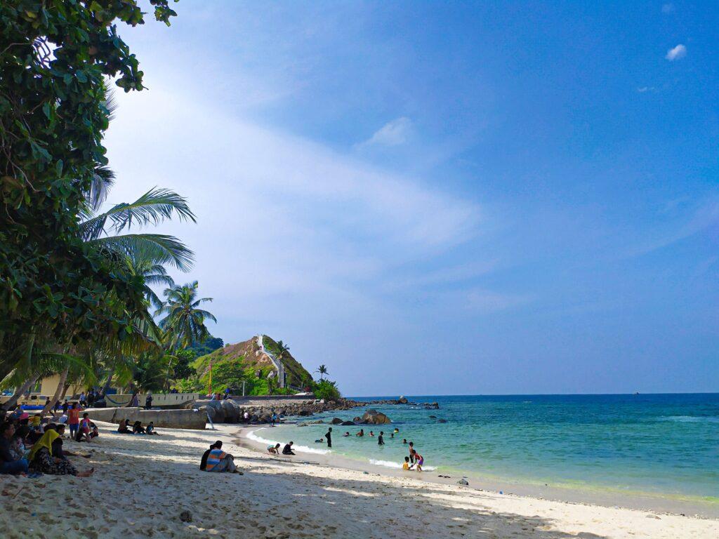 Pengunjung bermain di bibir pantai