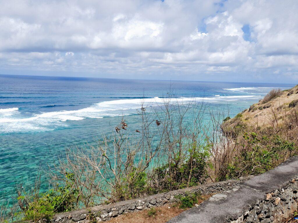 Pemandangan Lautan dari Tebing Pantai Gunung Payung