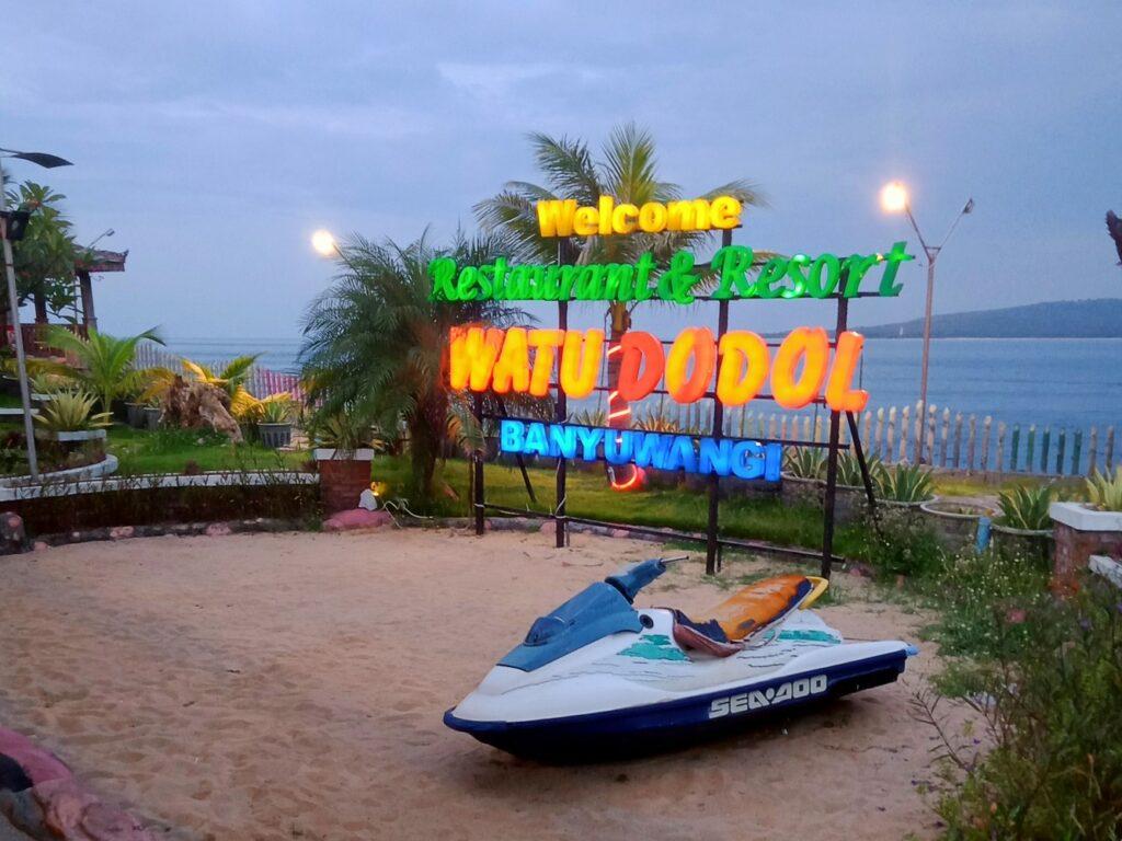 Restoran tepi laut watu dodol