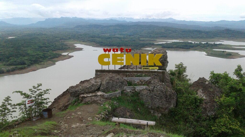 Spot foto Watu Cenik dengan pemandangan waduk gajah mungkur