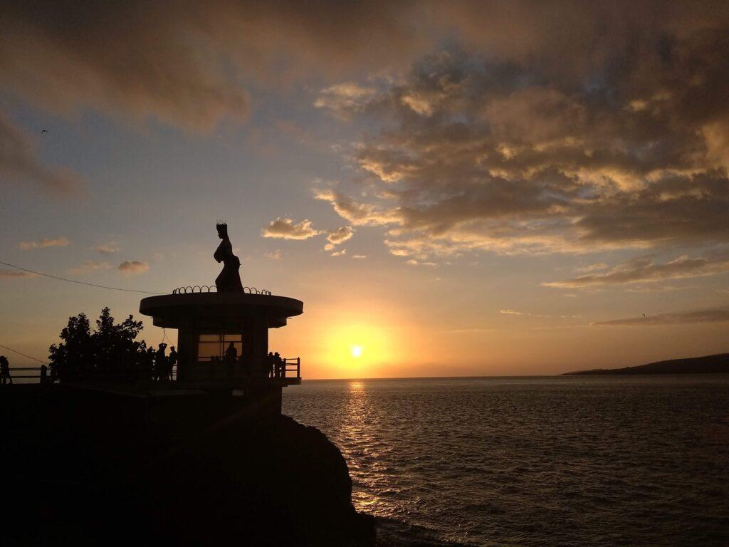 Patung Gandrungd dengan latar sunset