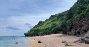 Area tepi pantai Gunung Payung berpasir putih
