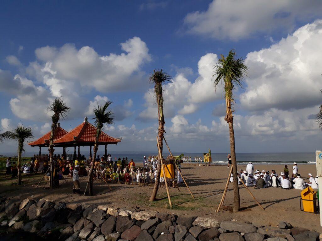 Upacara Melasti di Pantai Petitenget