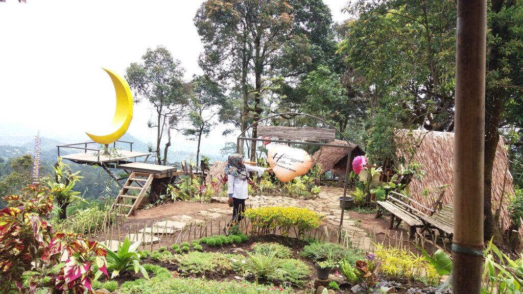 Pengunjung berpose di salah satu spot foto di Ranggon Hills Gunung Halimun Salak