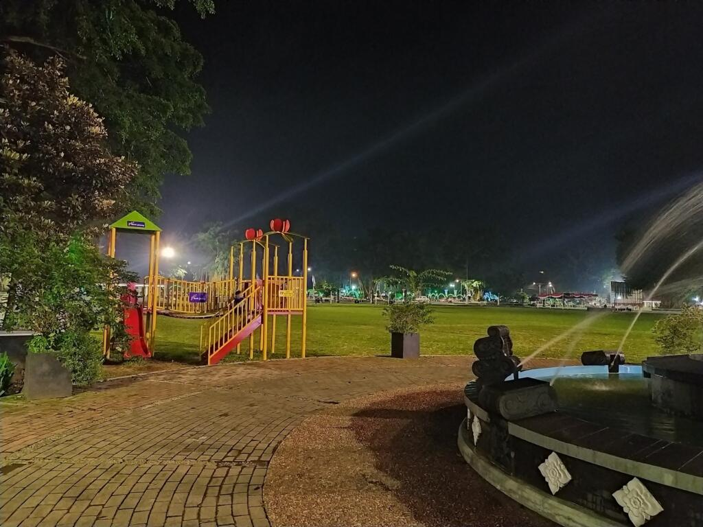 Playground di malam hari di area alun-alun wonosobo