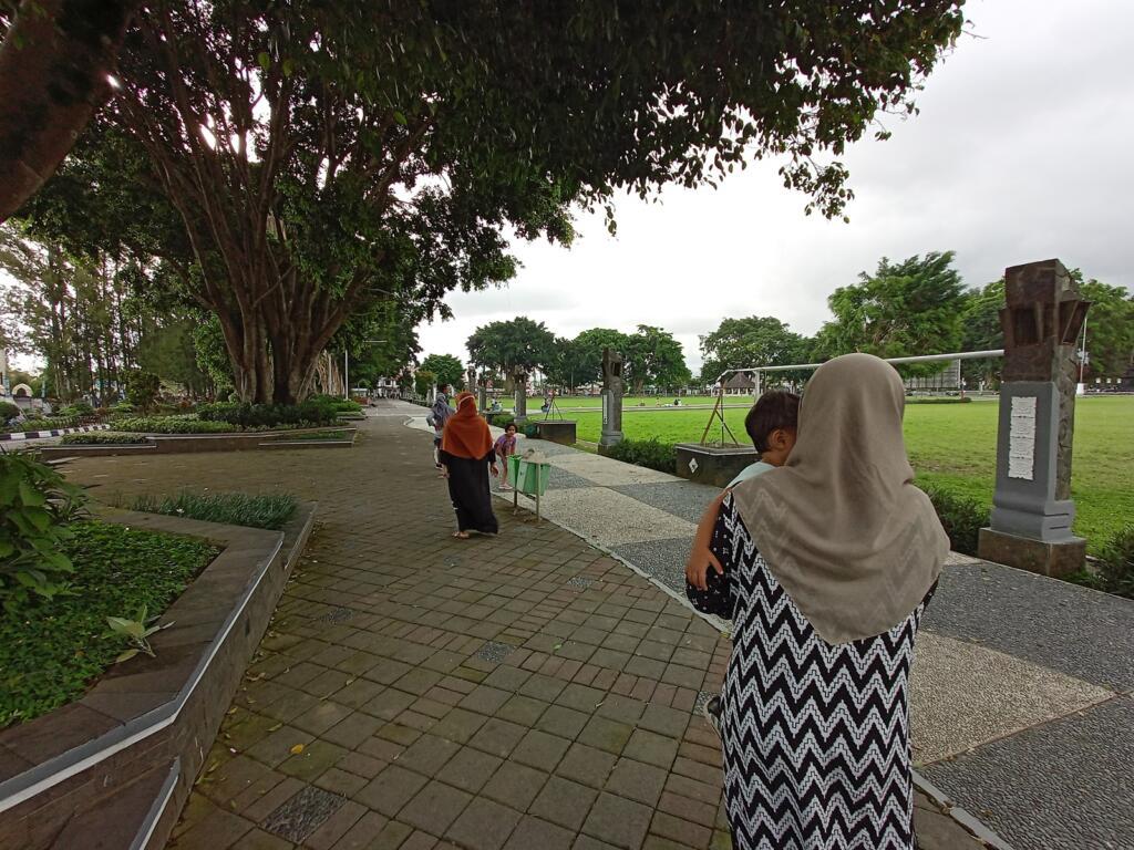 Pengunjung berjalan-jalan di alun-alun