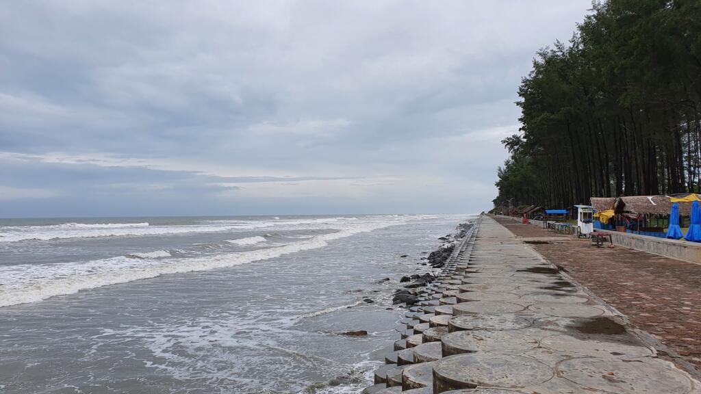 Pemandangan laut lepas dari benteng di pantai pasir putih bengkulu