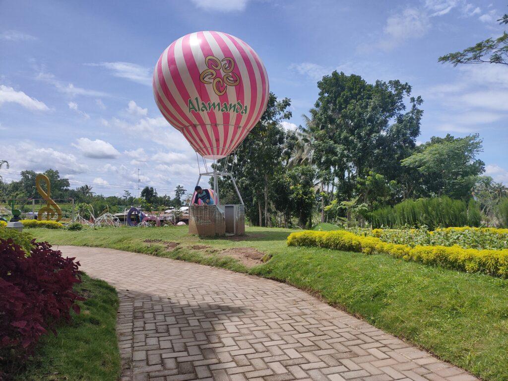 Wahana balon udara di Alamanda Jogja Flower Garden