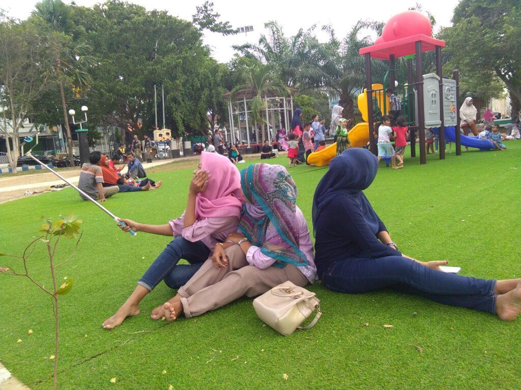 Menikmati waktu santai bersama keluarga di alun-alun