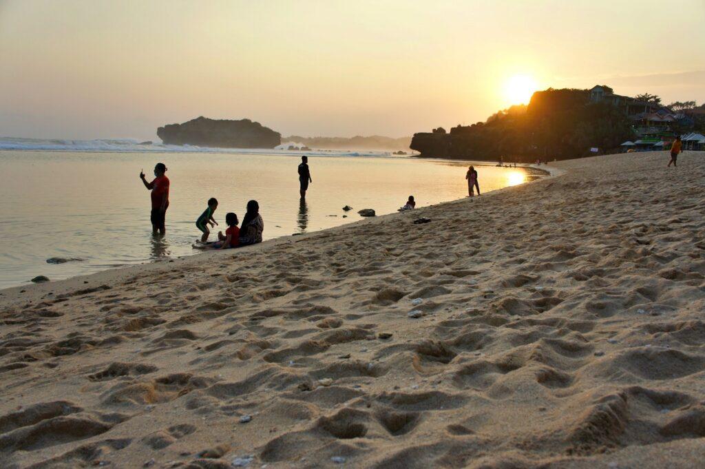 Fenomena Unik Pantai Sundak
