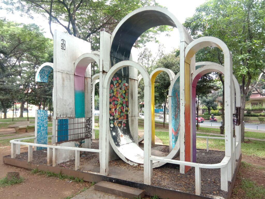 Instalasi seni jadi dekorasi taman yang unik