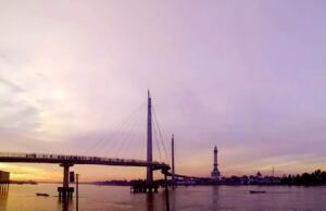Suasana sore hari di Jembatan Gentala Arasy