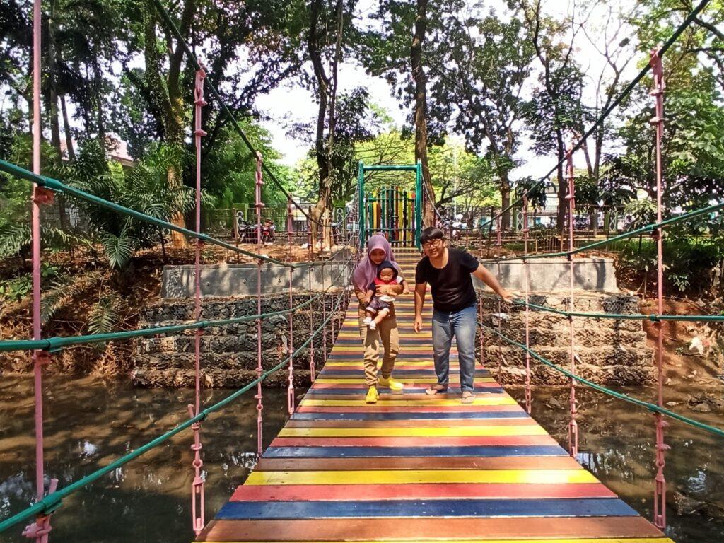 Pengunjung berfoto bersama keluarga di jembatan pelangi Taman Kota 1 BSD