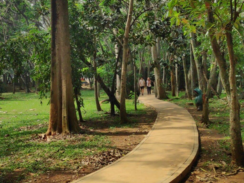 Pengunjung melintasi jogging track
