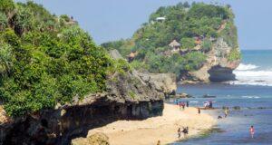 Keindahan Pantai Sundak dengan Batu Karangnya