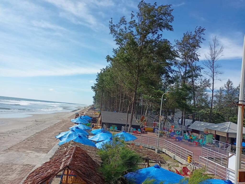 Kios dan kedai yang tersebar di pantai