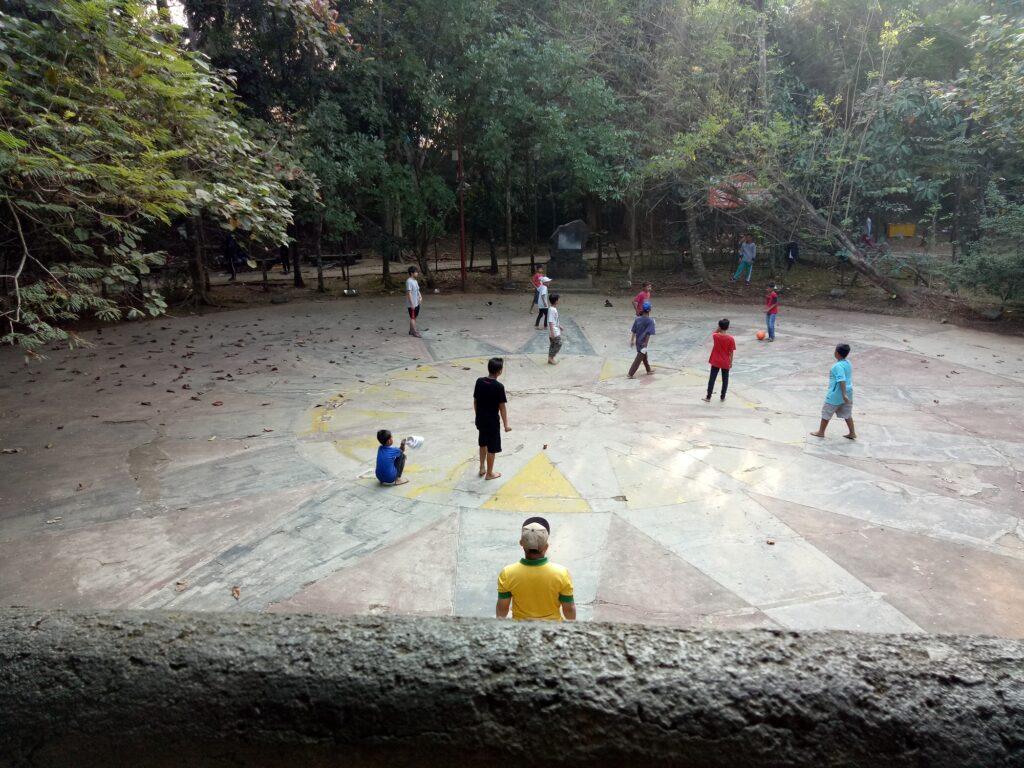 Bermain bola di plasa taman