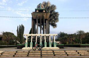 Sebuah sepeda terparkir di depan monumen alun-alun