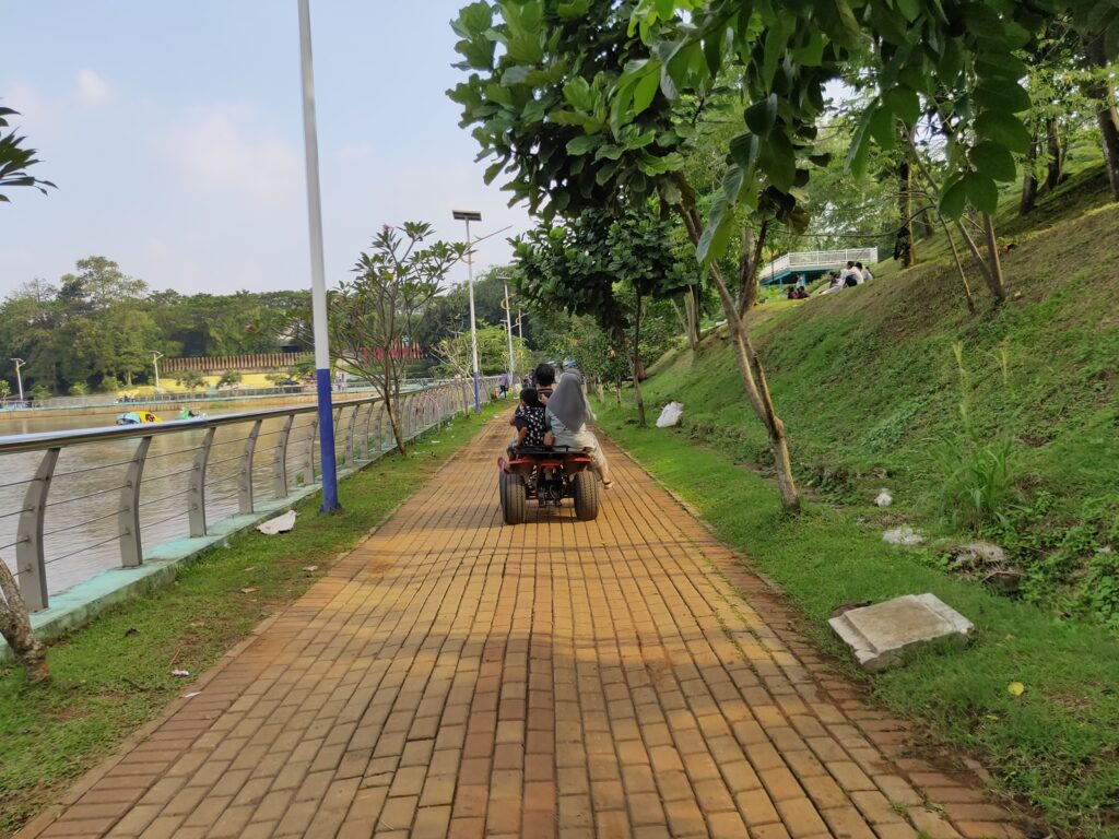 Pengunjung menyusuri jalur pedestrian menggunakan ATV