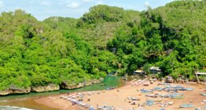 Panorama pesisir pantai baron terapit perbukitan hijau