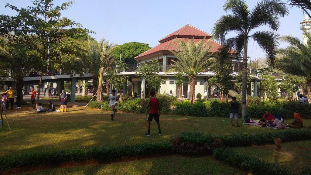 Bermain futsal di taman alun-alun