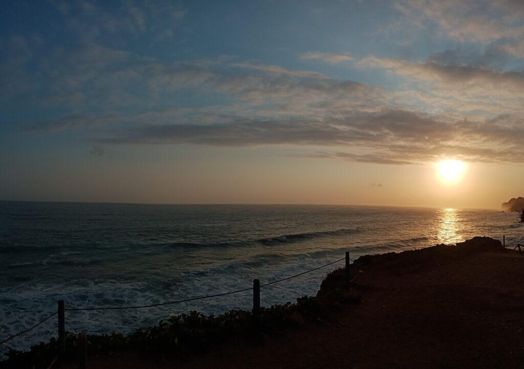 Pemandangan matahari terbenam