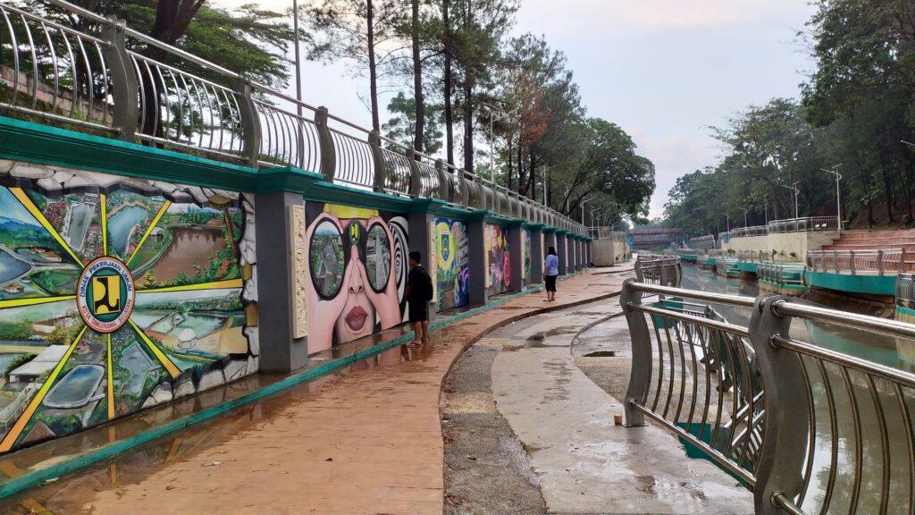 Pengunjung melewati area mural