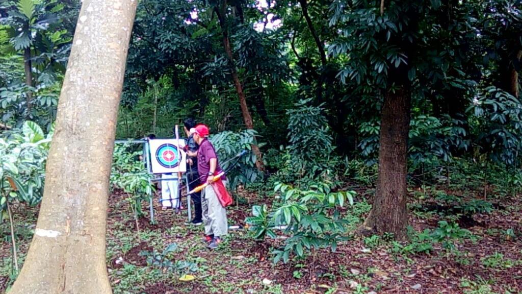 Berlatih panahan di kawasan hutan