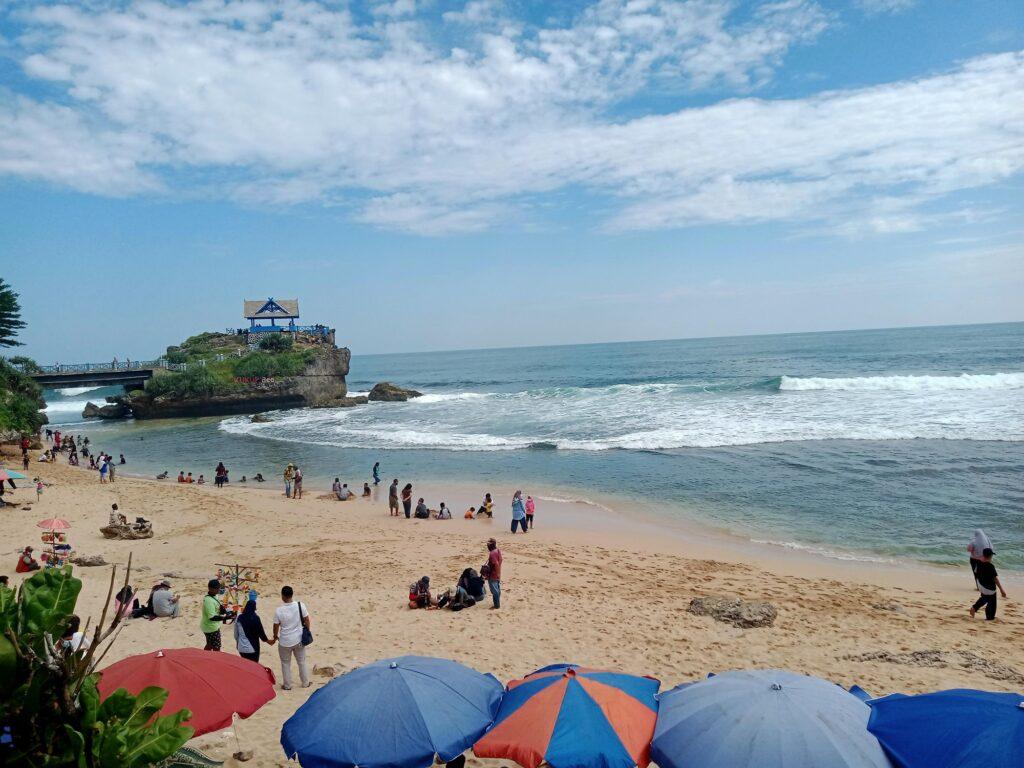 Wisatawan sedang Bersantai di Tepian Pantai
