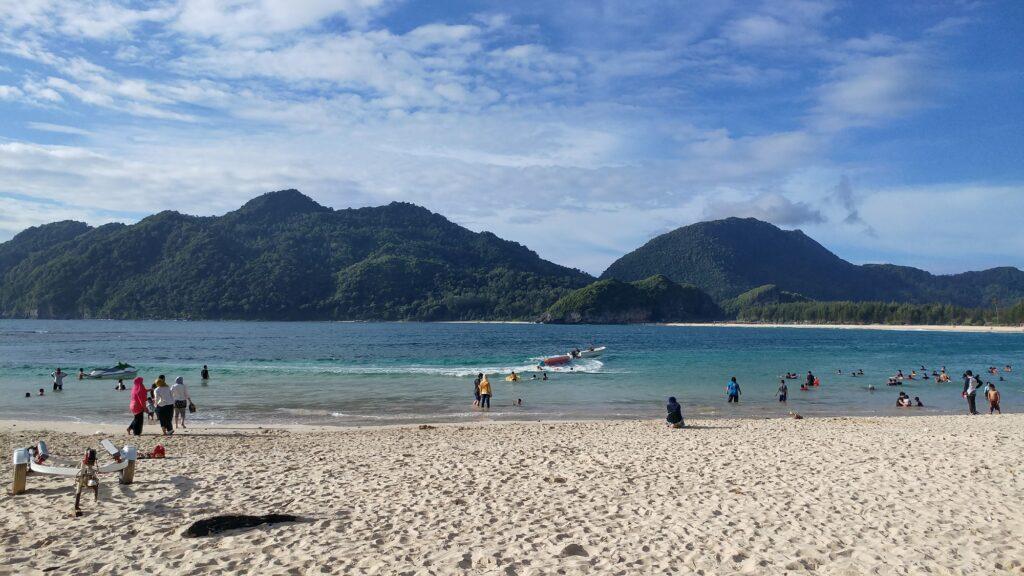 Pengunjung bermain speed boat di sekitar pantai