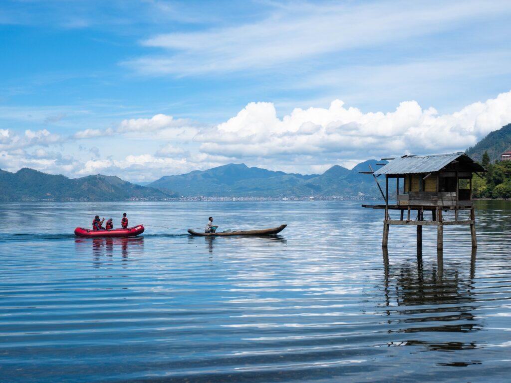Menikmati danau laut tawar dengan berperahu