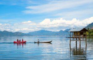 Aktivitas berperahu di danau laut tawar