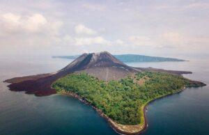 Gunung Anak Krakatau dan gugusan hutannya