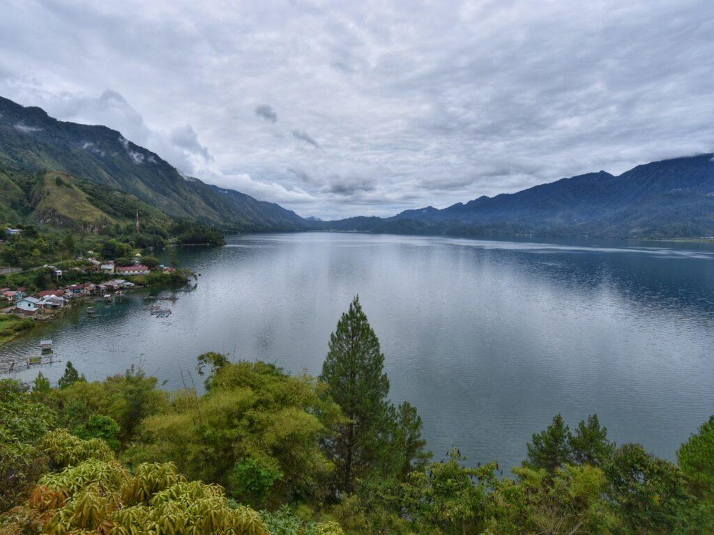 Panorama Danau Laut Tawar gunung dan perbukitan hijau
