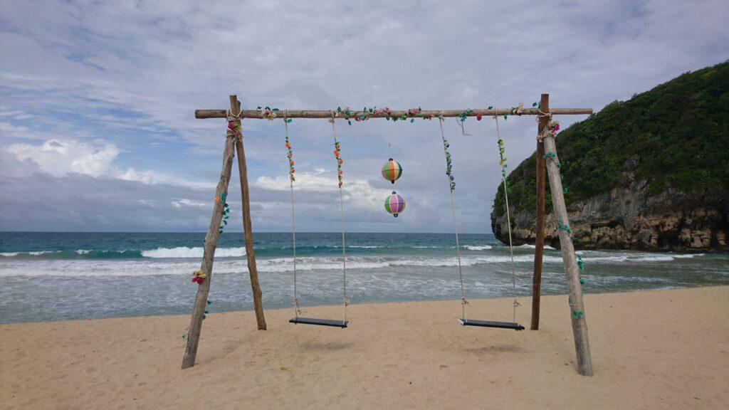 Ombak bergulung di tepi pantai