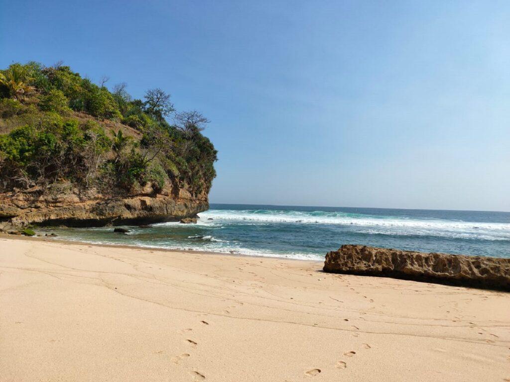 Harmoni Laut, Karang, dan Pasir di Pantai Ngudel