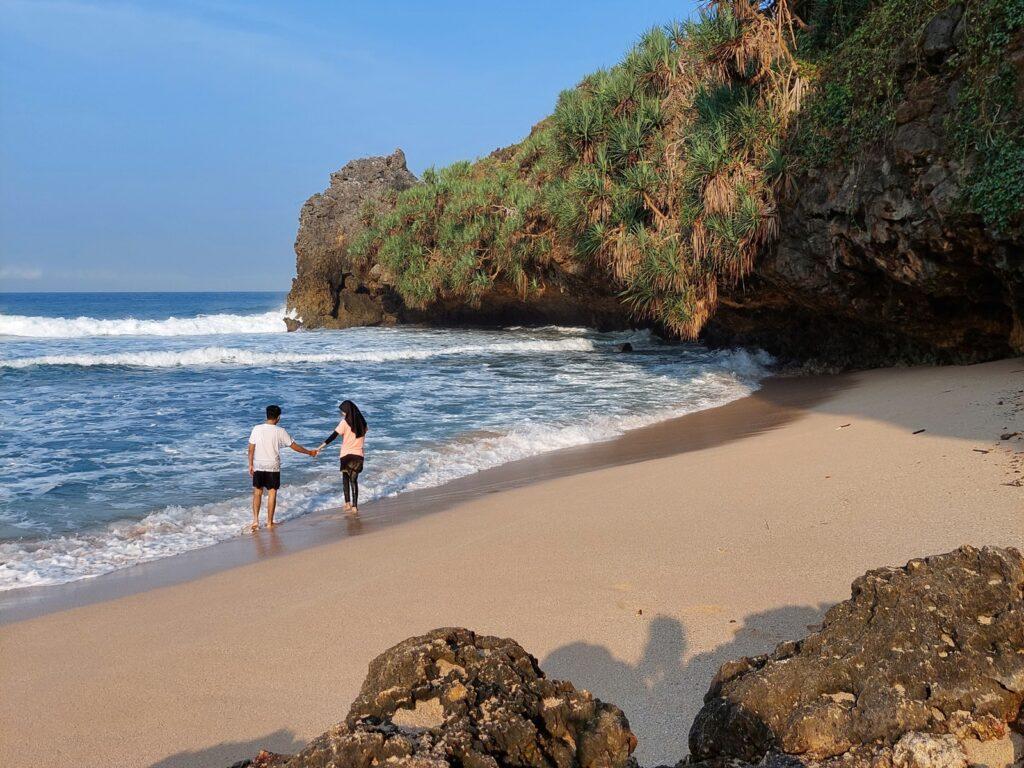 Pengunjung Pantai Ngrawah bermain ombak
