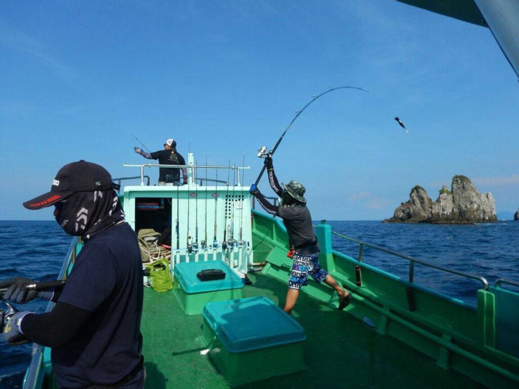Wisatawan mencoba memancing