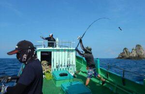 Kegiatan memancing di sekitar pulau rondo
