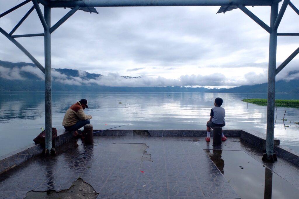 Pengunjung memancing di dermaga