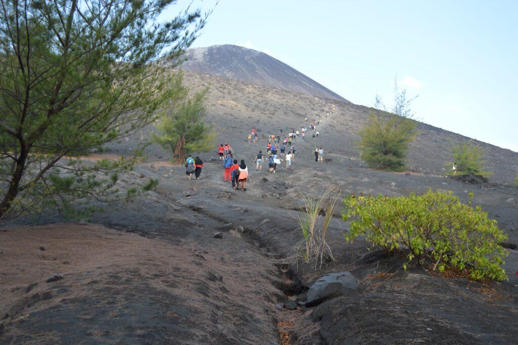 Kelompok wisatawan mendaki ke puncak Gunung Anak Krakatau